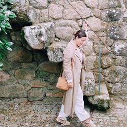 Hoy te desvelo un rincón precioso de Vila Nova de Cerveira: su castillo 🏰  En la plaza principal del pueblo tienes su entrada. Una subida que tras traspasar su puerta te lleva directamente al siglo XIV, concretamente al año 1.320, momento en el que el rey Don Dinis ordenó su construcción con el fin de defender el pueblo. Si quieres subir sus escalinatas, caminar por sus murallas y descubrir las impresionantes vistas al río Miño que desde aquí se ven, desliza 👉🏻y acompáñanos en el vídeo que te he dejado tras estas fotografías 📷  #vilanovadecerveira #baixomiño #mimamieslista