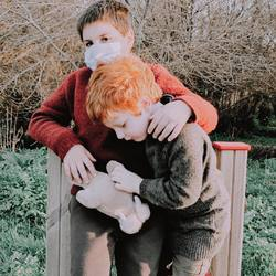"""Estos dos tienen una manera un tanto """"especial"""" de quererse, y si no me crees desliza para ver la secuencia... 😅 A la mínima que pueden aprovechan para darse un pellizco, un abrazo """"más fuerte"""" de lo normal o una patadita """"cariñosa"""". Es su forma de relacionarse, y aunque para mí no es la más adecuada es innegable que son inseparables 👦🏻🤍🧒🏼 #brothers #ellos❤️ #mimamieslista"""