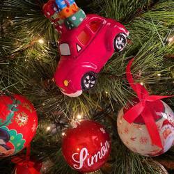 Ya sabéis que adoro la Navidad 🎄  Todos los años me contengo hasta principios de diciembre para poner la decoración navideña, pero este año creo que nos merecemos disfrutar más de lo que nos gusta 🤗 Y por las lucecitas que asoman por algunos balcones y ventanas creo que no hemos sido los únicos adelantados 😅 Venga, confiesa, algún turrón ya por la despensa?  #christmasiscoming #christmaslovers #navidad #nadal #mimamieslista #depapásparapapás #experienciamimami #puericulturaresponsable