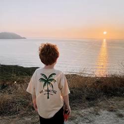 La mejor puesta de sol 🌅  Hay mucho de subjetividad en estas cosas, pero para mí la puesta de sol más especial es la que puede verse desde Cabo Home, en la Península del Morrazo, entre las rías de Vigo y Pontevedra 🤍 Cabo Home es el punto terrestre más cercano a las Islas Cíes, y poder verlas tan de cerca ya es algo espectacular. Pero si cuadras tu visita con la última hora del día para ver cómo el sol se mete en el mar al lado de las islas vivirás un momento mágico. Mi consejo es que no te quedes en la zona de aparcamiento y bares, donde se queda todo el mundo y hay demasiado bullicio. Te recomiendo que recorras la pista al faro (mejor andando o en bici). No hace falta que bajes hasta el faro, desde lo alto de la pista encontrarás varios lugares desde donde contemplar esta maravilla. Algo para picar, tu bebida preferida y buena compañía, no necesitas más para disfrutar del espectáculo. Planea tu visita para tener tiempo de recorrer la zona, y disfrutar de las increíbles vistas que hay en todas las direcciones 🌊  Cuéntame ¿conocías este lugar?  #cabohome #sunset #mimamieslista